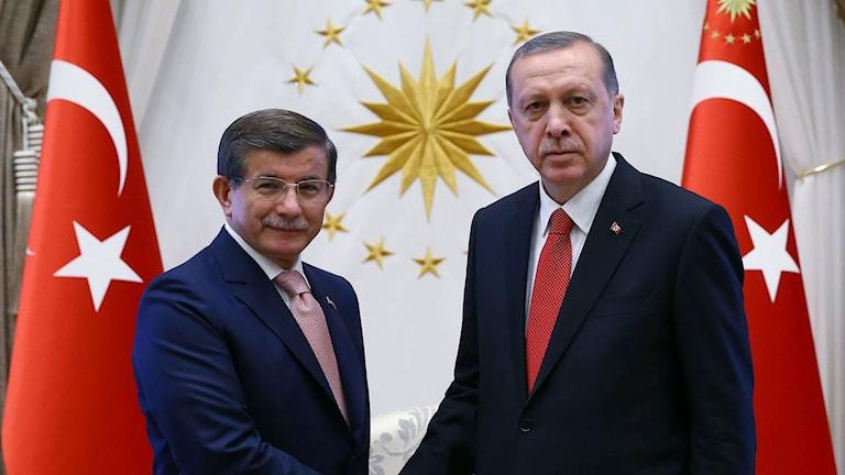 President Tayyip Erdogan och  premiärminister Ahmet Davutoglu vid dennes avgång.