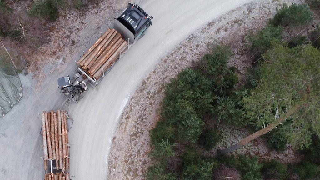 Drönarbild på en lastbil lastad med timmer.