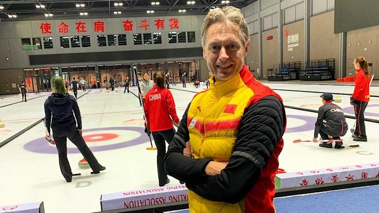 Peja Lindholm inne i curlinghallen i Peking som är en nybyggd träningshall inför Peking-OS 2022.