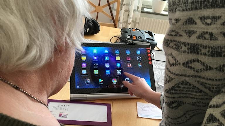 Bibliotek i motala lär äldre bli digitala