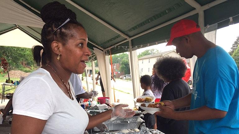 Rochere Landrum är med och hjälper till för första gången den här kvällen och delar ut mat till de boende i området.