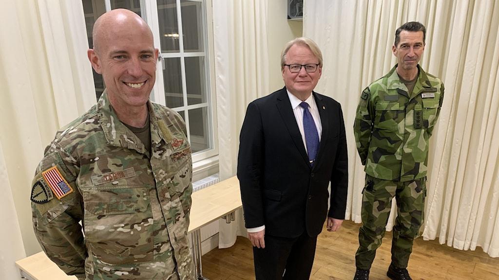 Generalmajor David H Tabor, chef för USA,  specialförband, försvarsminister Peter Hultqvist och ÖB Micael Byden som i går möttes med coronasäkert avstånd på Utö.