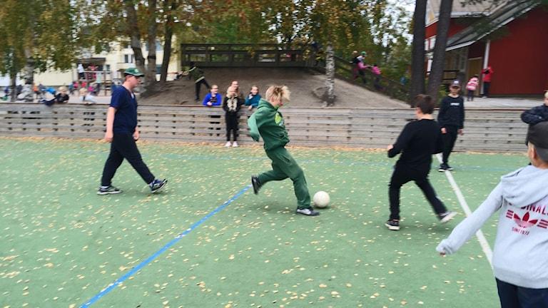 Jag var överviktig förut berättar 11-årige Arttu Sarikoski. En kille retade mig också för min vikt och det var svårt att hänga med på fotbollsmatcherna under rasterna. Foto: Johan Bergendorff / SR