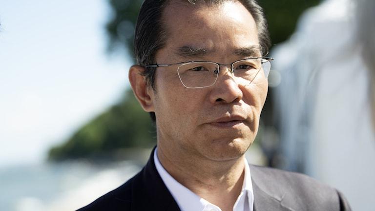I en intervju med Ekot hotar Kinas Sverigeambassadör Gui Congyou, med konsekvenser Amanda Lind delar ut Svenska PEN:s Tucholskypris till den svensk-kinesiske förläggaren Gui Minhai.