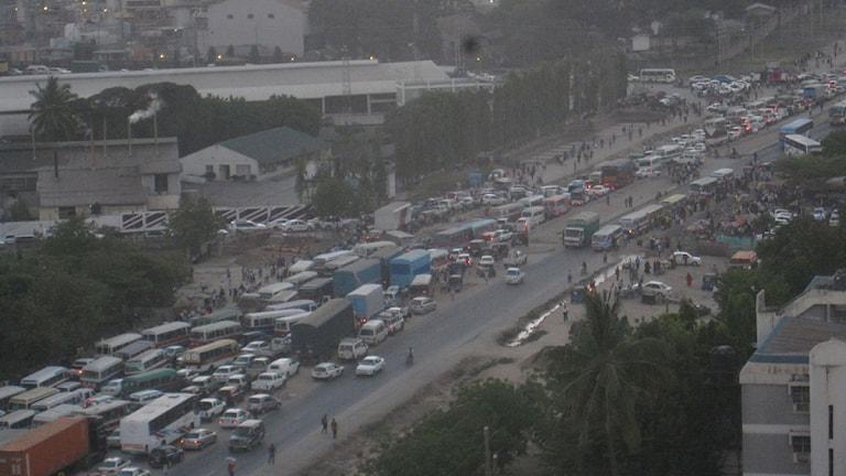 """Vanlig utfartstrafik från Dar Es Salaam"". Foto: Anders Wennersten / Sveriges Radio"
