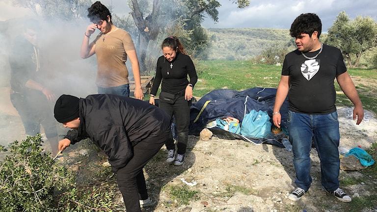 Mohammed försöker få fart på elden. Bredvid honom sonen Abdullah, och dottern Susan. I tältet bakom ska sex fullvuxna personer sova.