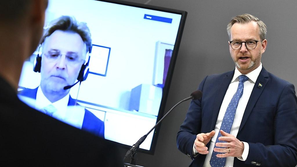 Inrikesminister Mikael Damberg på dagens presskonferens.