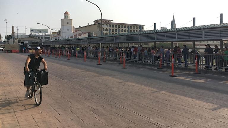 Varje morgon är det långa köer på bron som förbinder Mexiko med USA. Många mexikaner arbetar eller studerar på den amerikanska sidan.