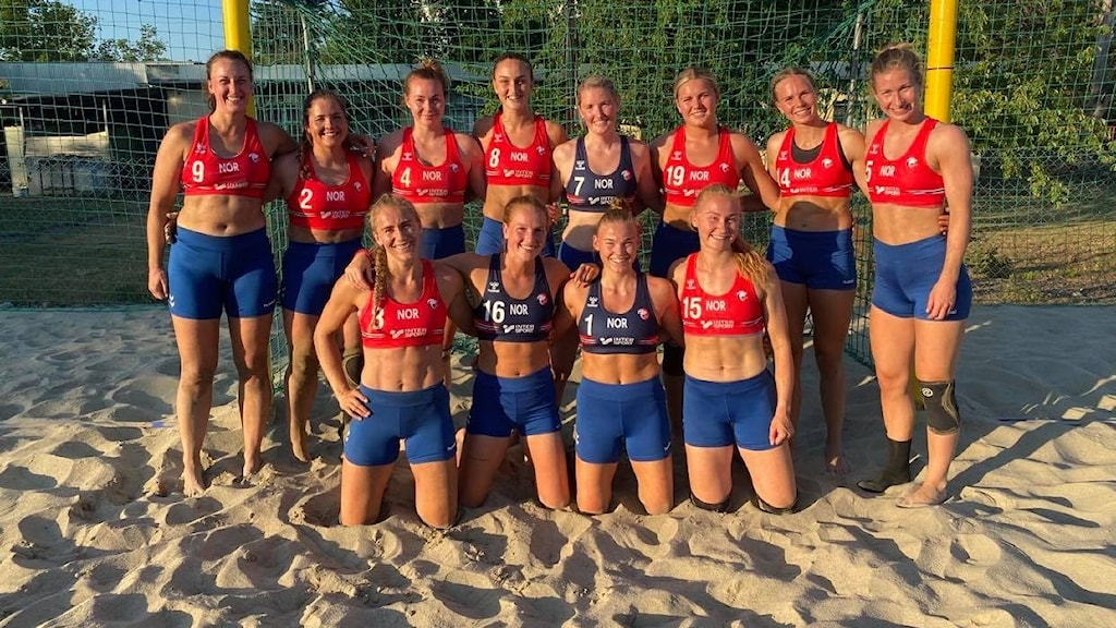 Det norska landslaget i Beachhandboll poserar tillsammans. På bilden har de på sig sport-shorts istället för den bikinitrosa som spelare ska bära enligt reglerna.