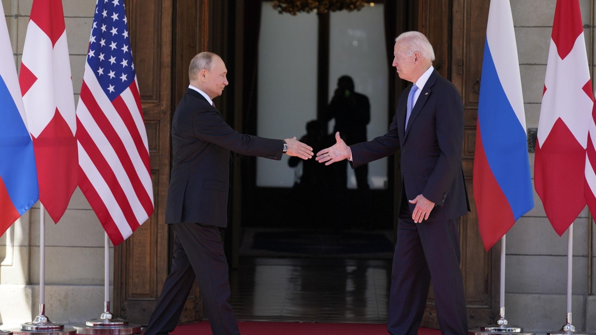 Joe Biden och Vladimir Putin skakar hand
