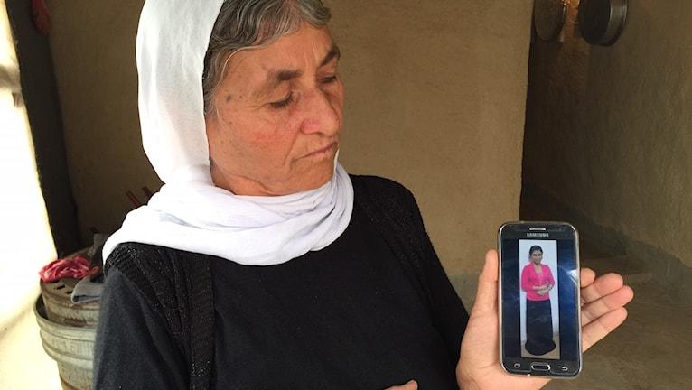 Mamman Gawré visar bild på dottern Suad, IS fånge.