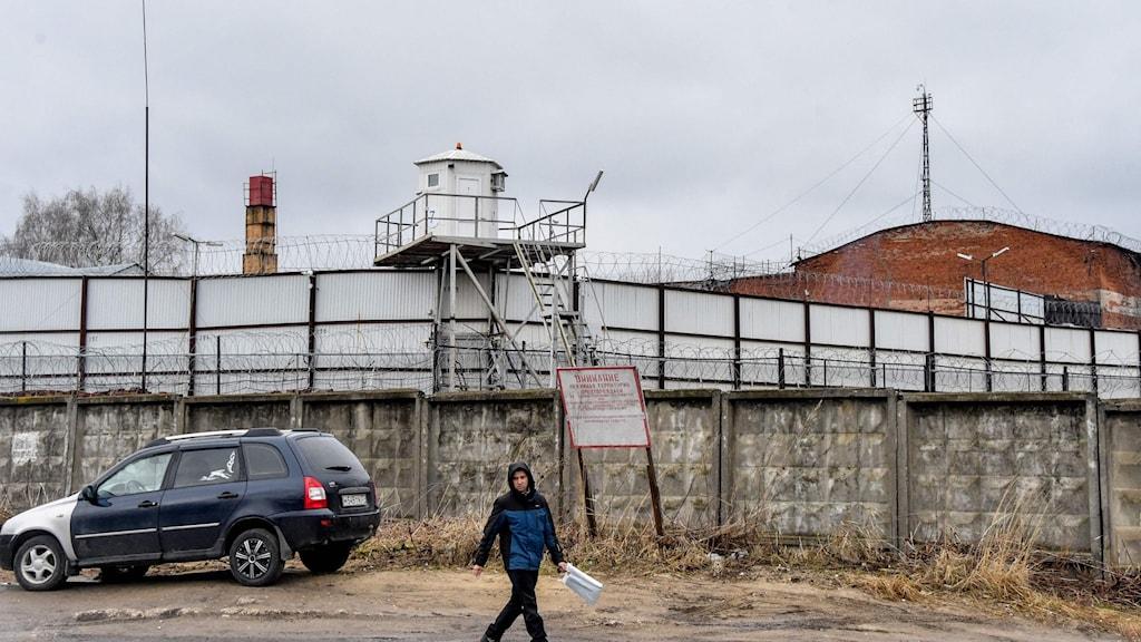 Murar och taggtråd. På andra sidan, ett fängelse.