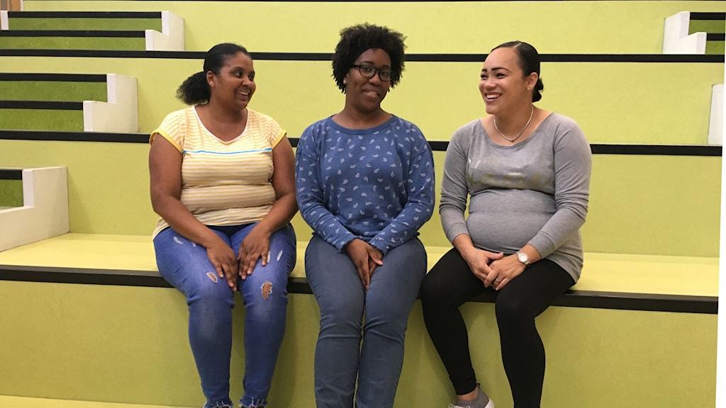 Trebarnsmamman Rizairis Lacroes (mitten) sitter i föräldrakommittén och erkänner att före programmet började på skolan så drack hon mycket läsk och juice.
