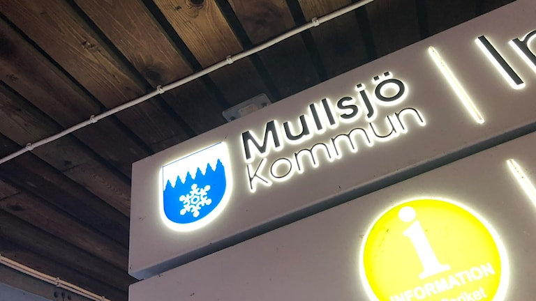"""En bild på en skylt som hänger i taket där det står """"Mullsjö kommun""""."""