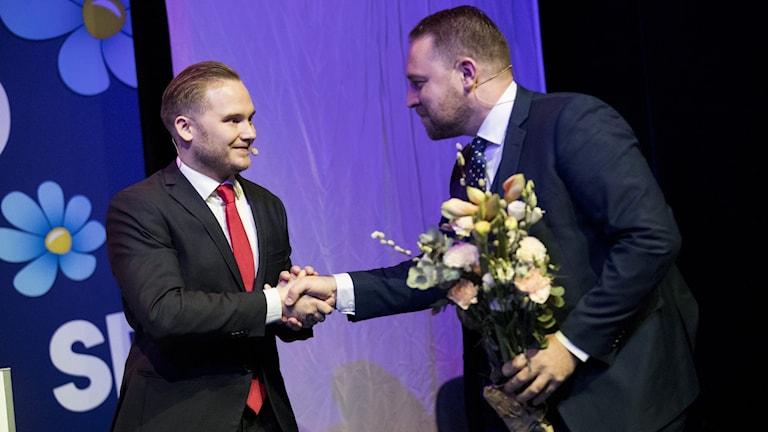 Tillträdande riksdagsgruppledaren för SD Henrik Vinge tackar av den avgående gruppledaren Mattias Karlsson.
