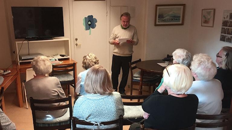 Anders Högberg, aktivitetsansvarig på PRO i Solna, inleder filmvisningen med några ord om Jane Austen.