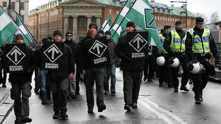 Polis bevakar en manifestation organiserad av den nynazistiska organisationen Svenska motståndsrörelsen som firade Karl den XII:s dödsdag. Foto: Fredrik Persson/Scanpix/TT