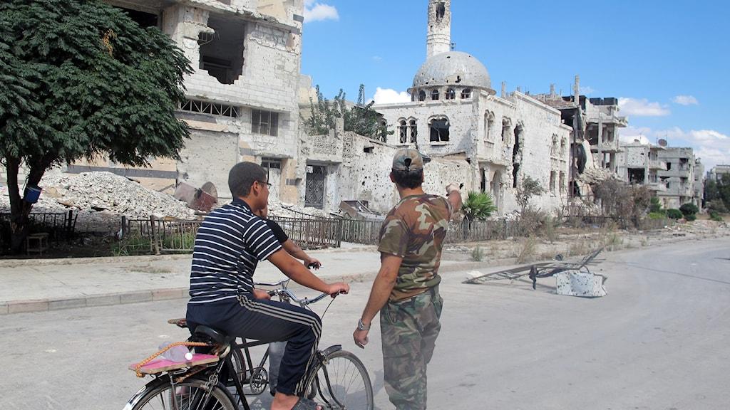 Vakter och civila i Homs. Foto: Katja Magnusson/Sveriges Radio