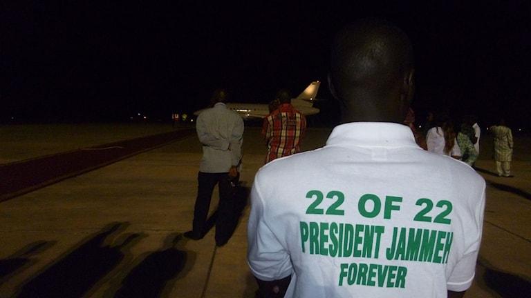 Anhängare till Yahya Jammeh tar farväl av Gambias tidigare president på flygplatsen i Banjul.