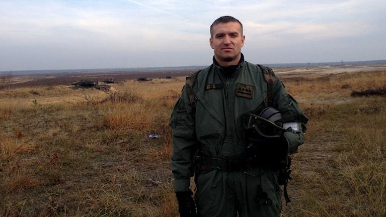 Marek Kucinski klädd i uniform ute på fältet.