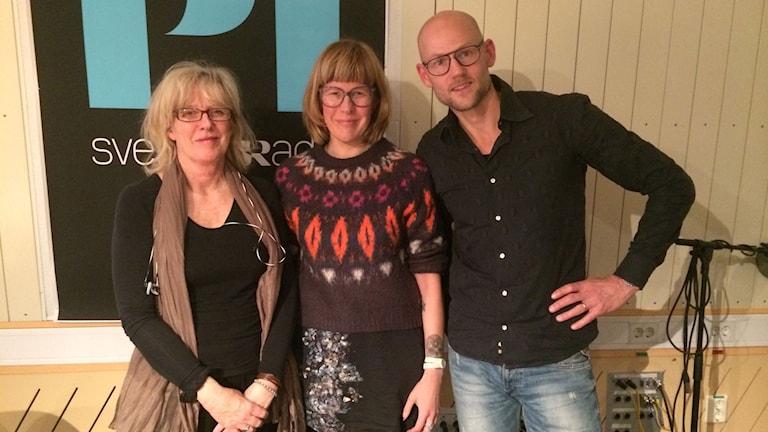 Programledarna Helena Groll och Jörgen Huitfeldt med författaren Victoria Larsson, i mitten.