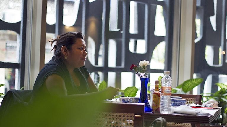 Graciela Pérez sitter vid ett fikabord