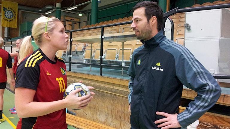 kvinnlig handbollsspelare talar med tränare