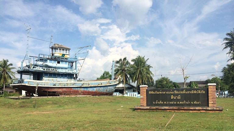 En av de uppspolade fiskebåtarna i byn Nam Kehm som drabbades värst av tsunamivågen för tio år sedan. Hela fiskebyn utplånades. Foto: Margita Boström/Sveriges Radio