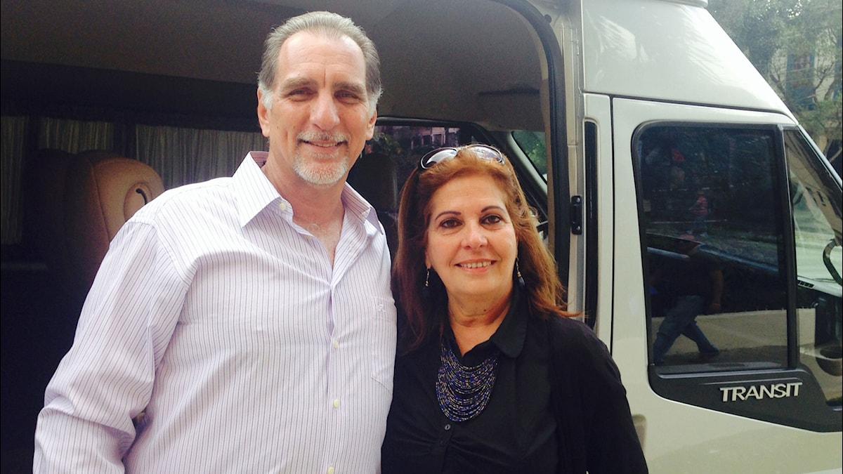 René Gonzales med sin fru vid en bil.