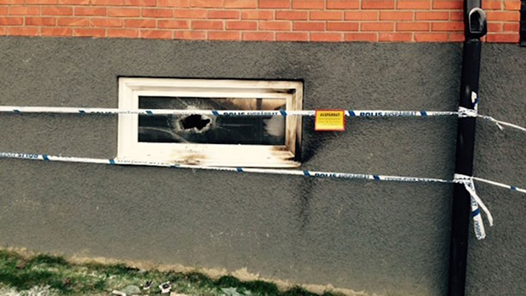 Här slog pyromanen till i natt i Eslöv – någon slog sönder rutan och kastade in brinnande föremål, misstänker man. Foto: Sveriges Radio.