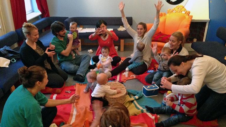 föräldrar och barn sjunger i grupp