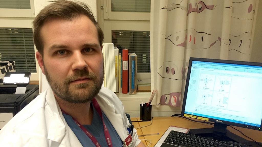 Hannes Sigurjónsson berättar om skadan könstympning gör på flickor och kvinnor både mentalt och kroppsligt. Foto: Sveriges Radio