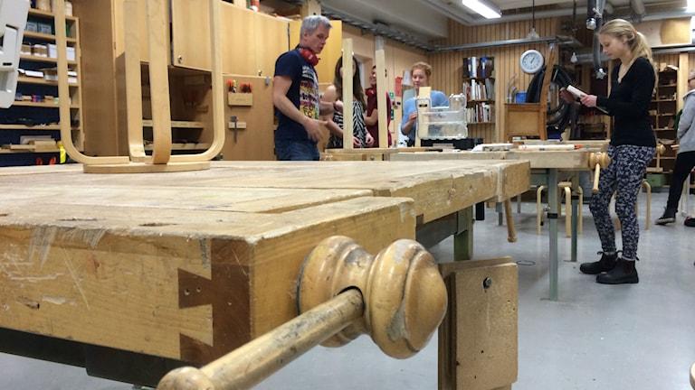 Skolelever har lektion i trä- och metallslöjd i Umeå. Foto: Åsa Sundman/SR.