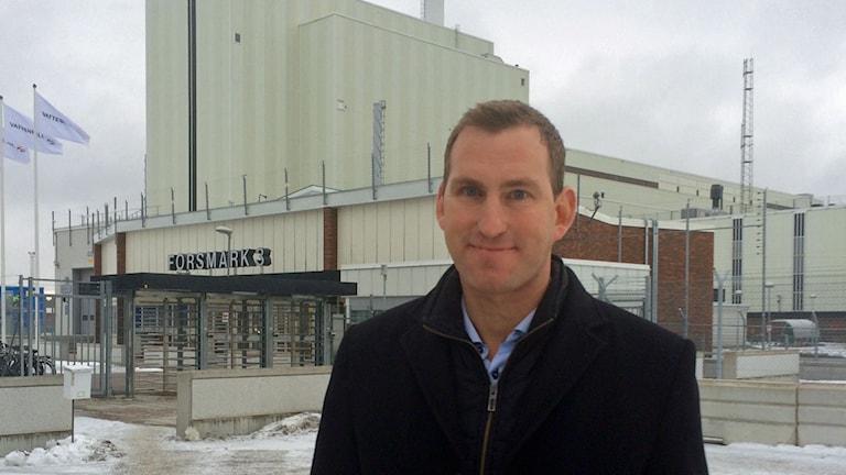 Säkerhetschefen Niclas Metzen framför den nyaste reaktorn i Forsmark, Forsmark 3. Foto: Ci Holmgren/Sveriges Radio.