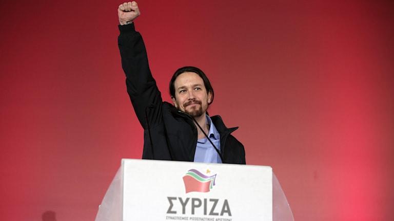 Den spanske Podemosledaren Pablo Iglesias talar på ett Syriza-möte i Aten. Foto: Lefteris Pitarakis/TT.