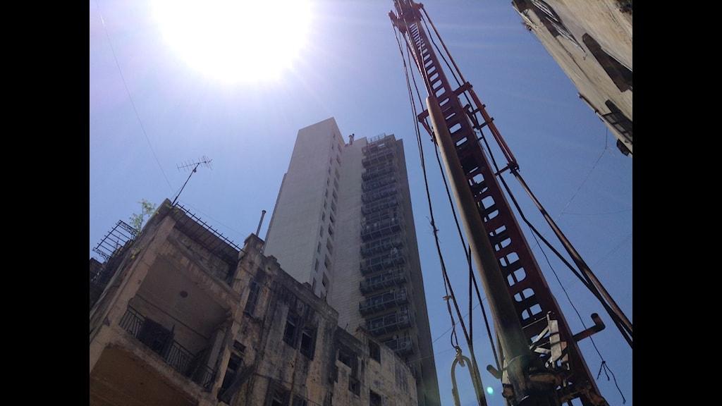 Det byggs för fullt i Beirut - och de söndertrasade husen från kriget ligger ibland vägg i vägg med de nya skrytbyggen… Foto: Privat bild från filmen