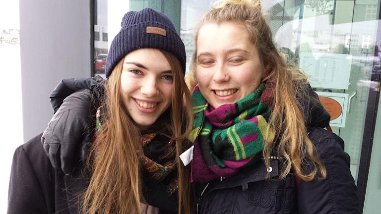 Den EU-positiva studenten Elinborg Harpa Onundardóttir (tv) utanför Islands universitet. Foto: Jens Möller/Sveriges Radio