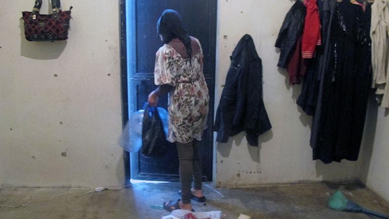 kvinna städar