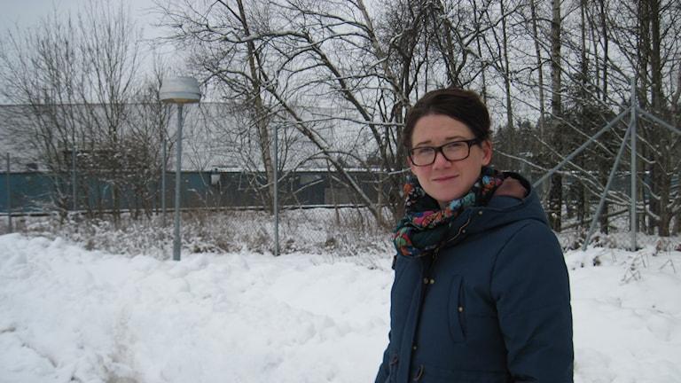 Åsa Karlsson Björkmarker, kommunalråd i Växjö, i det industriområde väster om staden, som kan komma att omvandlas till en station för höghastighetståg. Foto: Sven Börjesson/Sveriges Radio