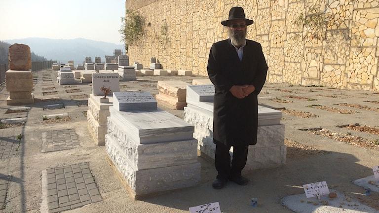 Rabbinen Clement Romy vid begravningsplatsen Givat Shaul där de fyra franska judarna som mördades i kosherbutiken i Paris ligger begravda. Foto: Paloma Vangpreecha/Sveriges Radio.