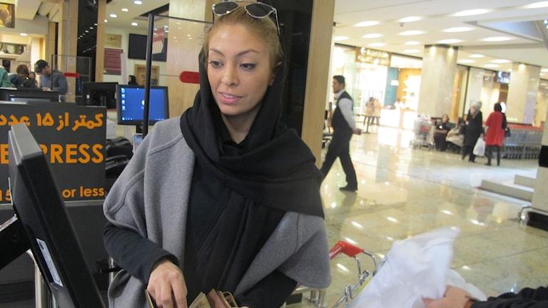 Nas handlar i ett av Teherans nyaste köpcentrum. Foto: Katja Magnusson/Sveriges Radio