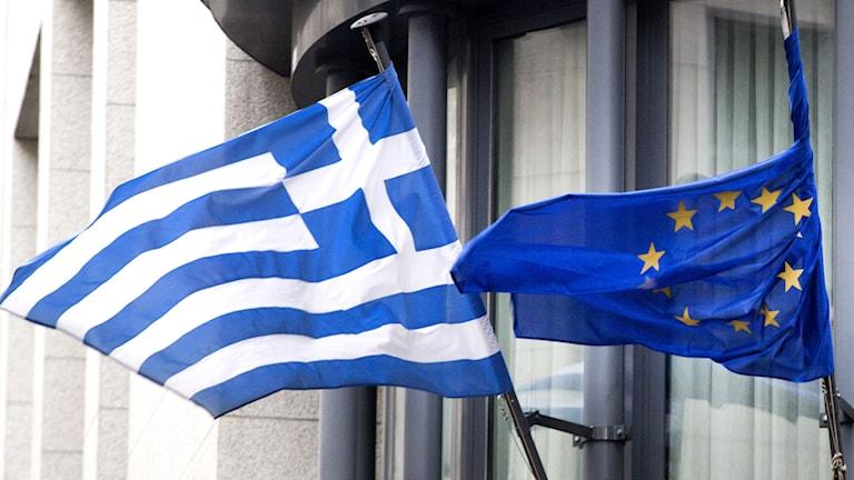 Greklands flagga till vänster och EU:s flagga till höger. Foto: TT
