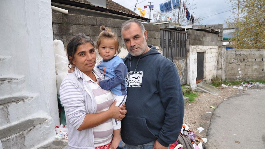 När dottern Naxie blev sjuk tvingades föräldrarna Liljana och Mihail Mehmeti muta sjukhuspersonalen för att få en bra vård. Familjen livnär sig på att sälja begagnade kläder utanför sitt hus stadsdelen Selita i Tirana. Foto: Henrik Dammberg/Sveriges Radio.