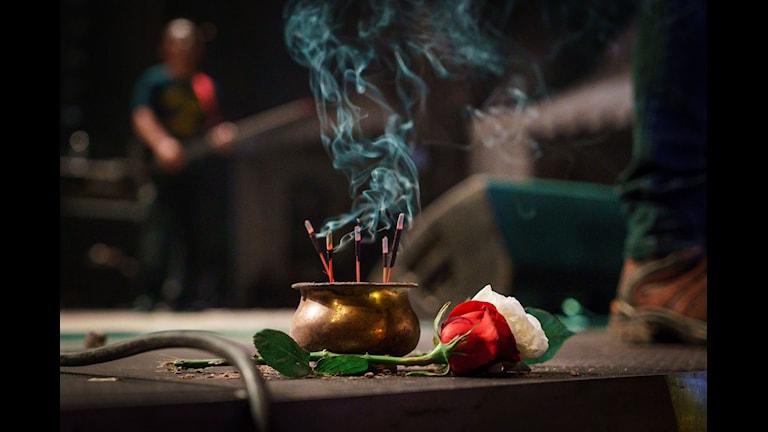 Man Jasad tänder alltid rökelse på scen innan han ska uppträda. Foto: John Resborn/Sveriges Radio