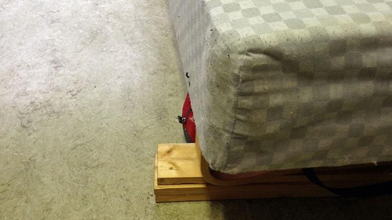 Smutsig säng utan madrass. Foto: Katarina Gunnarsson/Sveriges Radio.