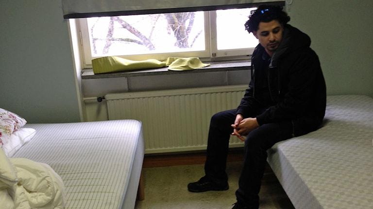 Sängarna utan madrasser på asylboendet. Foto: Katarina Gunnarsson/Sveriges Radio.