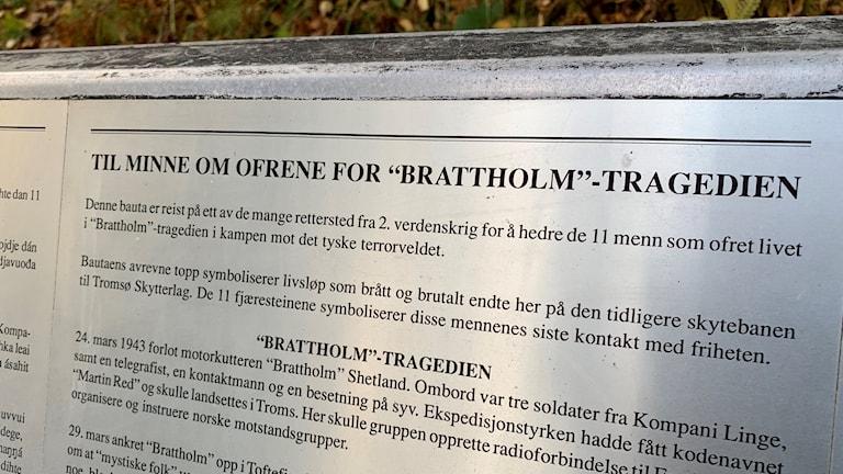 En minnestext nära den plats där åtta män avrättades av nazisterna. Jan Baalsrud var den ende i sin grupp som överlevde. Mot alla odds lyckades han nå friheten i Sverige.