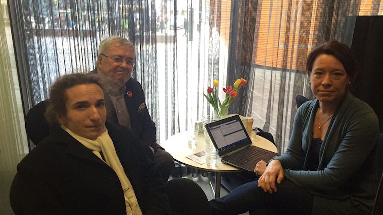 Karl-Mikael Grimm, centerpartist, Ole Norrback, veteranpolitiker Svenska Folkpartiet och Åsa von Schoultz, statsvetare vid Åbo Akademi. Foto: Jenny Sanner Roosqvist/Sveriges Radio