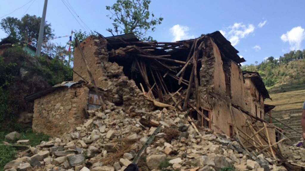 Bild på Prems förstörda hus. Vid det stora hålet var hans rum. Foto: Nivette Dawod/Sveriges Radio.