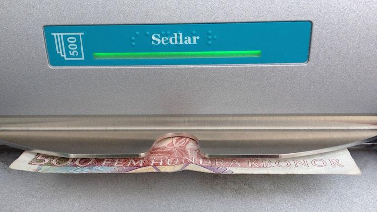 En bild på en 500-lapp i en bankomat. Foto: Samuel Larsson/Sveriges Radio